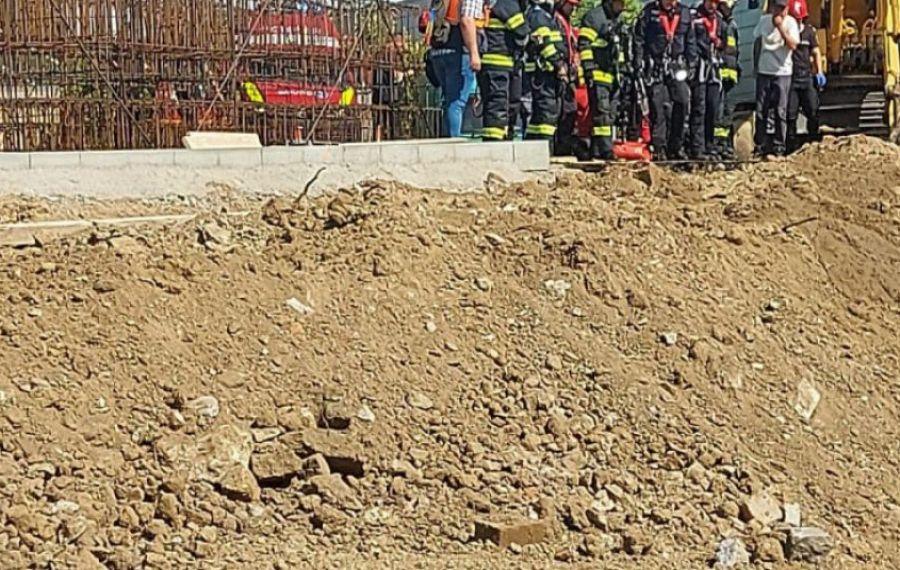 UPDATE: Operațiune de SALVARE în Capitală. Mai mulți muncitori sunt prinși sub pământ, doi dintre ei au murit