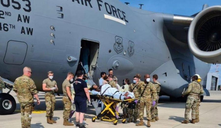 O femeie A NĂSCUT ÎN AVIONUL care o evacua din Afganistan