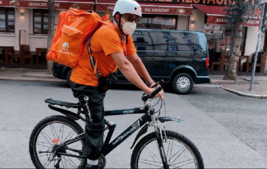 Un fost ministru a ajuns să livreze mâncare cu bicicleta
