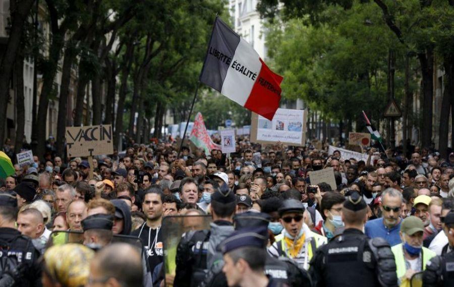 PROTEST cu zeci de mii de oameni la Paris. Francezii sunt nemulțumiți de introducerea pașaportului sanitar