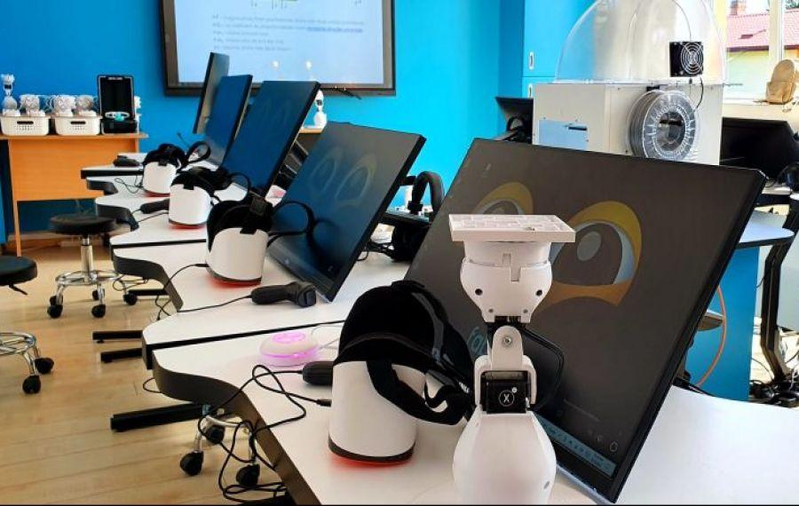 Primul SmartLab din mediul rural, la o școală din Prahova: Roboți educaționali, ochelari VR, imprimante și scannere 3D