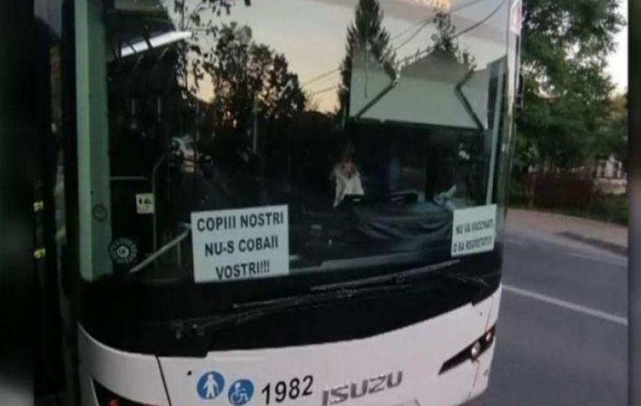 Un șofer al Companiei de Transport Public Iași a circulat cu mesaje antivaccinare lipite pe parbrizul autobuzului
