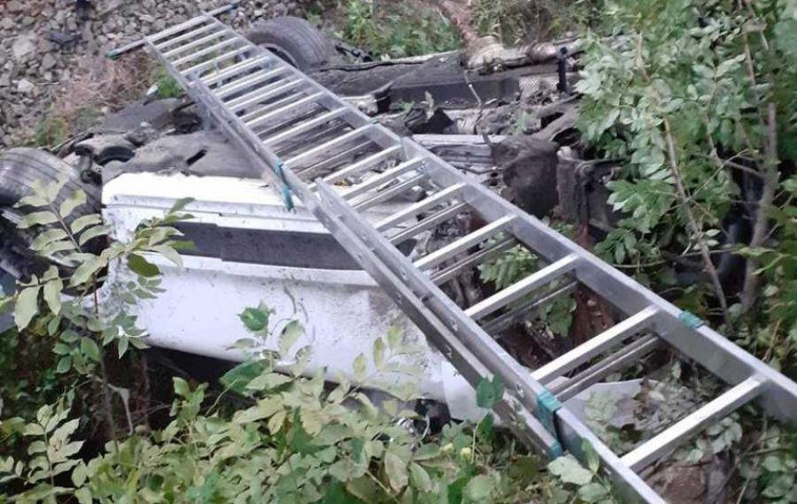 Accident grav pe centura Călimănești. O mașină a căzut pe calea FERATĂ