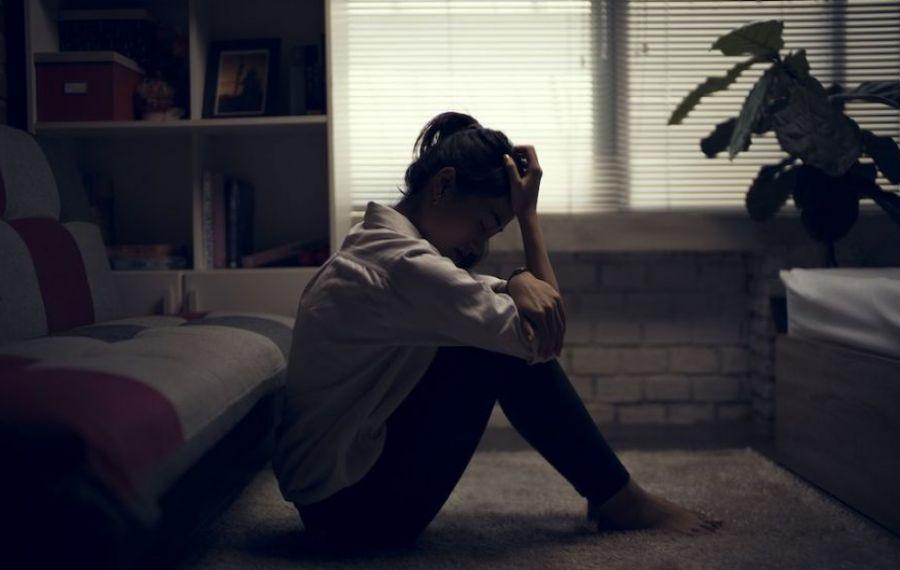 Cresc sentimentele de ANXIETATE și însingurare în rândul tinerilor