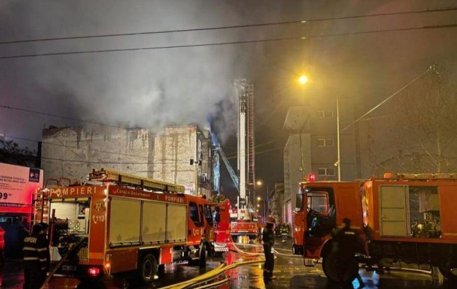 Cinci mașini au ars complet în parcarea unui bloc: Focul ar fi fost pus intenționat