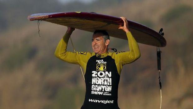 Un surfer american a plutit pe cel mai înalt val din lume. VIDEO