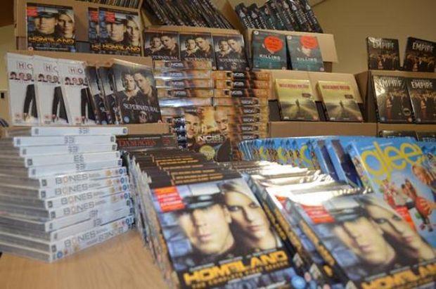 Percheziţii în Bucureşti la persoane care multiplicau ilegal CD-uri şi DVD-uri pe care apoi le vindeau