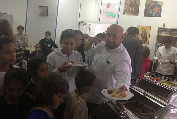"""De Ziua Copilului, """"MasterChef""""-ul Scărlătescu a gătit pentru copiii orfani"""