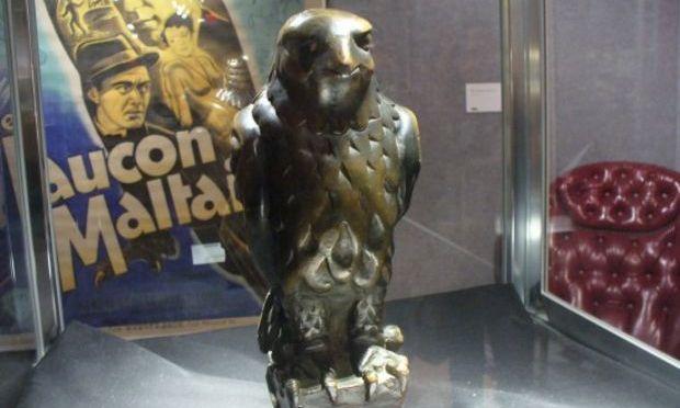 """Statueta din """"Şoimul maltez"""" a fost vândută cu 4.084.000 de dolari"""