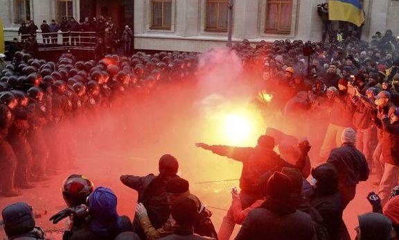 Ucraina a luat foc. Asalt asupra puterii de la Kiev după refuzul acordului cu UE