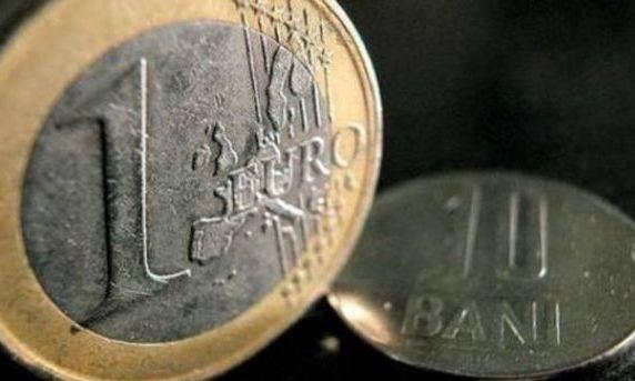 UPDATE. Cursul a urcat la 4,468 lei/euro, ca urmare a suspendării acordului cu FMI