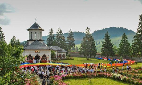 BASARABIA LA ZI. Tricolor uriaș, cusut la Chișinău