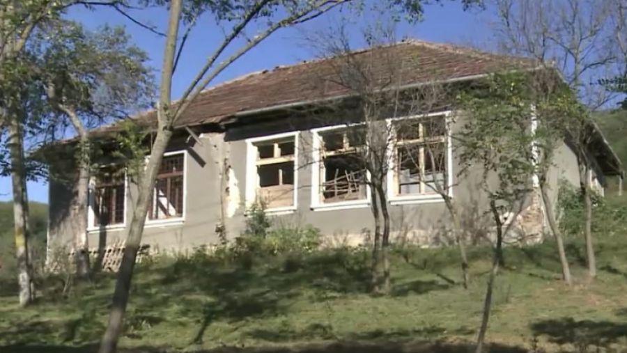 ABERAȚIA zilei: Cum arată o școală din Bihor, transformată în STAUL pentru oi