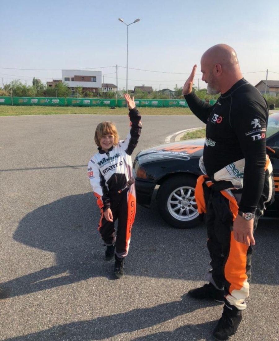 Cine e puștiul de opt ani care face SENZAȚIE în karting!